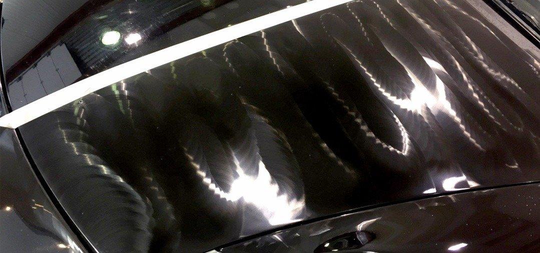 L'application de la cire de carnauba à l'aide d'une machine comme une polisseuse Dual Action permet une répartition très uniforme et vous fait gagner du temps