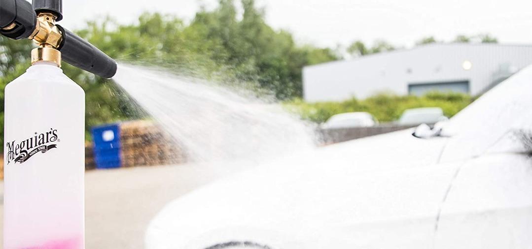 Une Foam Lance se connecte sur un nettoyeur haute pression et permet d'avoir une mousse très épaisse et très dense.