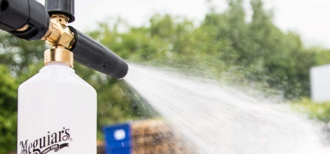 Le pré lavage à la foam lance avec un agent moussant et un shampoing constitue une solution pour un lavage sans contact