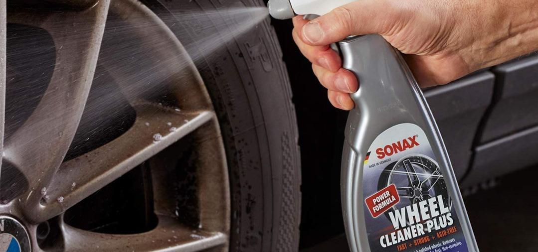 Le Sonax Xtrem Wheel Cleaner Plus s'applique directement sur les jantes encore sèches